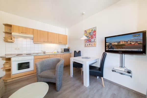 Die Küchenzeile ist komplett ausgestattet mit Mikrowelle, Backofen, 4-Platten-Herd etc.