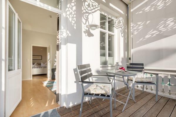 Im Bild sehen Sie Ihren bequem möblierten, sonnigen Balkon in Südlage.