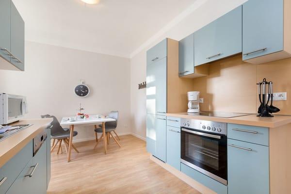 Hier der Blick in die separate Küche ...