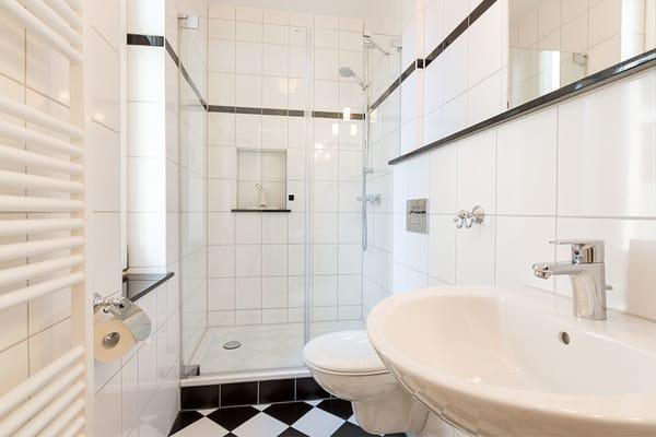 Das Bad bietet Ihnen Echtglasdusche und WC.