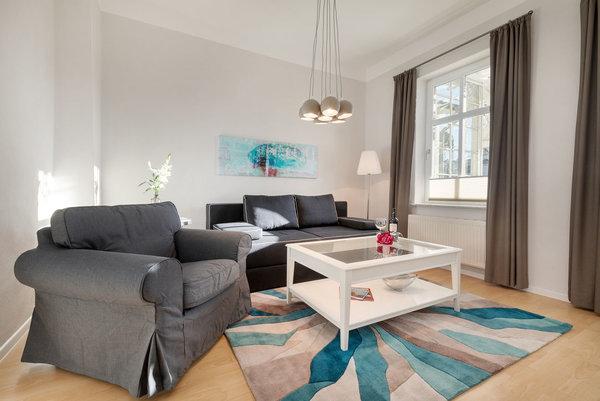 Auf der Couch kann bei Bedarf für 2 Personen aufgebettet werden. Alle Fenster sind zusätzlich zu den Gardinen mit Plissees ausgestattet.