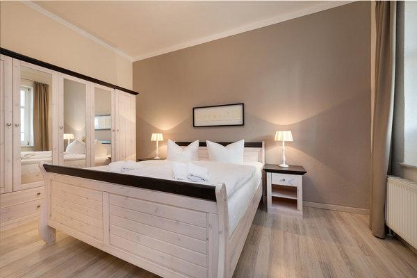 Hier der Blick in das schöne Schlafzimmer mit Doppelbett und Kleiderschrank.
