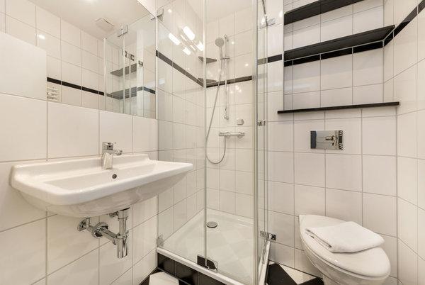Das schicke Bad bietet Ihnen Echtglasdusche und WC.