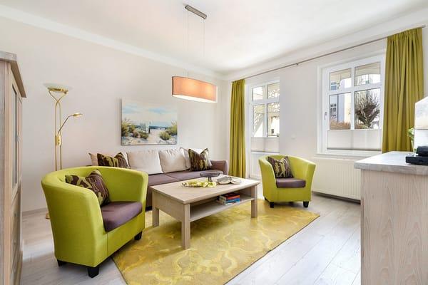 Der große Balkon ist vom Wohnzimmer und vom Elternschlafzimmer aus begehbar. WLAN steht kostenfrei zur Verfügung.