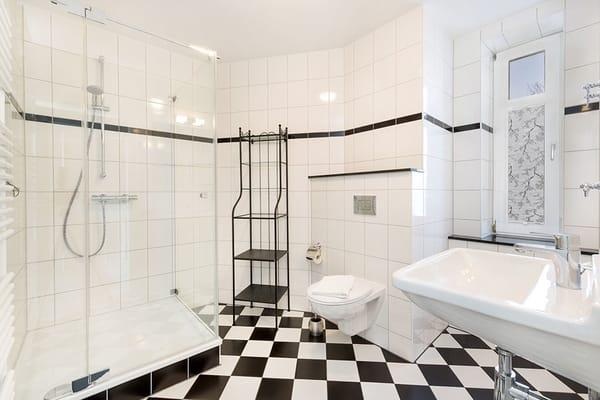 Das Bad bietet Echtglasdusche ...
