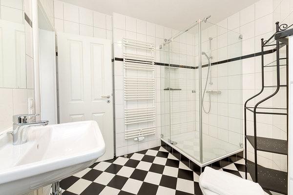 .... Handtuchtrockner und WC.