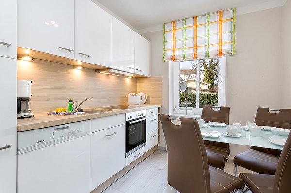 Die separate, komplett ausgestattete Küche mit Eßplatz und Geschirrspüler.