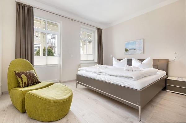 Schlafzimmer 1 mit TV, Austritt zum Balkon ...