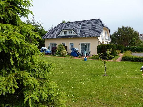 Außenansicht Haus C mit vier Fewos und großer Wiese