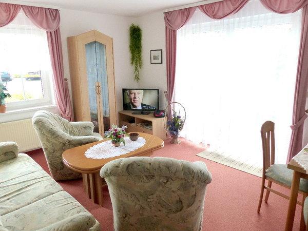 Wohnzimmer, mit  Essecke unten