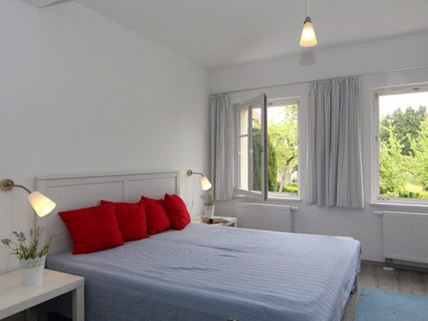 Schlafzimmer mit Doppelbett und Tagesbett