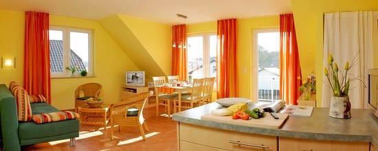 Wonzimmer mit offener Küche im Dachgeschoss