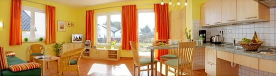 Wohnzimmer mit offener Küche im Erdgeschoss