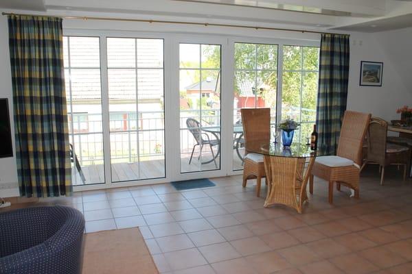 Schlafzimmer mit Doppelbett  u. großer Fensterfront