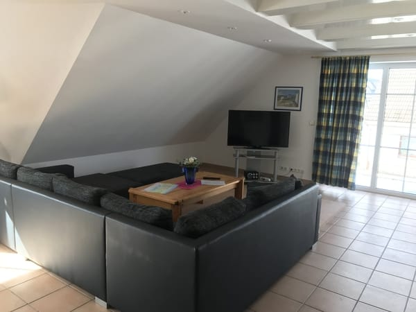 Wohnbereich mit großen Flachbildschirm TV