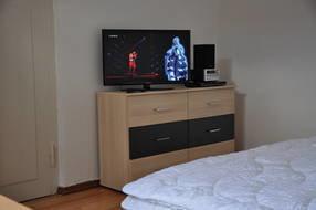 32-Zoll LCD-TV, DVD-Player und HiFi-Anlage