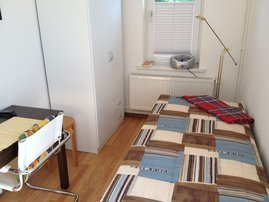 Einzelbett und Essbereich