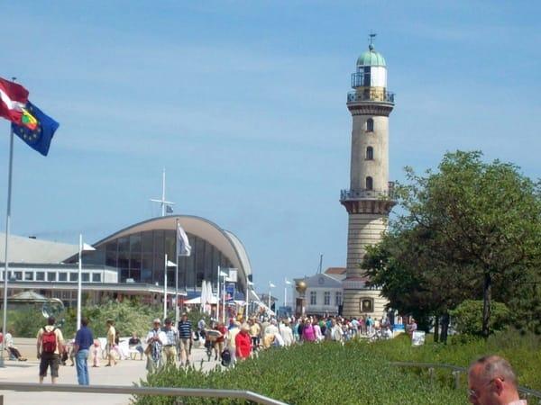 """Blick aud die Warnemünder Promenade mit Den Wahrzeichen Leuchtturm und """"Alter Teepot"""""""