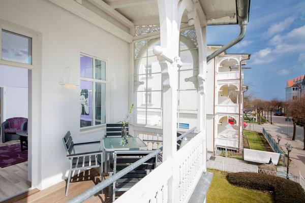 Der schöne möblierte Balkon: im Winter haben Sie sogar ein kleines bißchen Meerblick ...