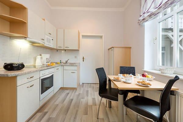 Die Küchenzeile ist komplett ausgestattet mit ...