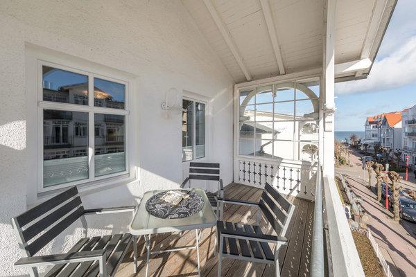 Der große, nach Osten ausgerichtete Balkon mit einem Zipfelchen Meerblick.
