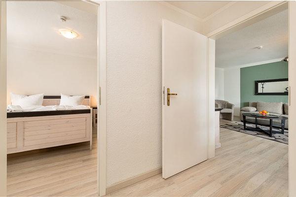 Blick aus der Küche ins Schlafzimmer und ins Wohnzimmer.