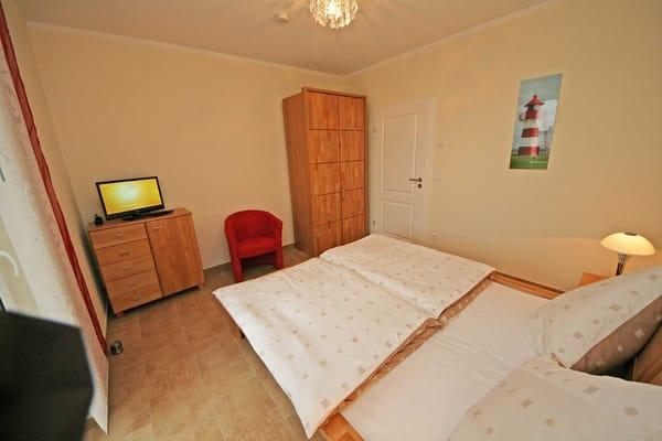 Schlafzimmer mit Doppelbett (2x 0,80 m x 2,00 m)