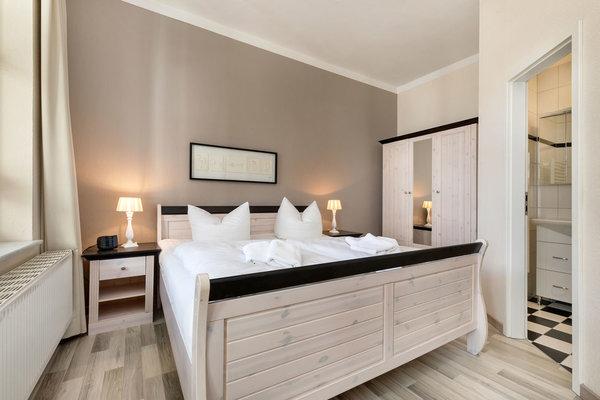 Das Schlafzimmer hat Doppelbett und Kleiderschrank.