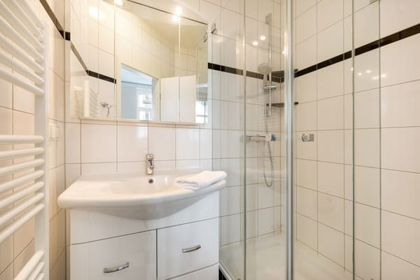 Das schöne neue Duschbad hat Echtglasdusche und WC.