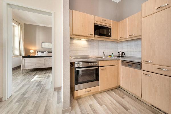 Die Küchenzeile ist komplett ausgestattet mit Geschirrspüler etc.