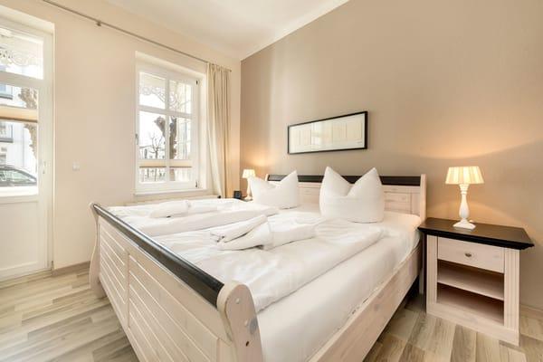 Das schöne Schlafzimmer hat ebenfalls einen Austritt zum Balkon.