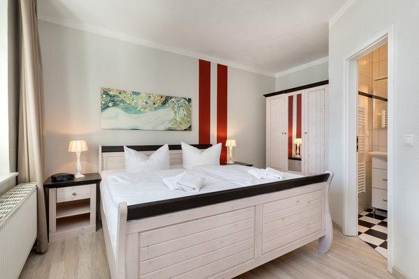 Das Schlafzimmer bietet Doppelbett und Kleiderschrank.