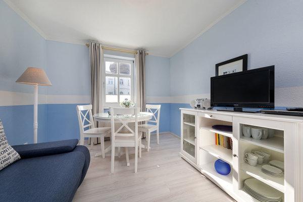 Der Eßbereich für 2-3 Personen befindet sich im Wohnzimmer. In der separaten Küche befindet sich nur eine Küchenzeile.