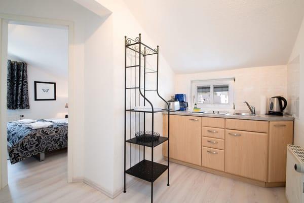 Die kleine Küche ist ausgestattet mit 2-Platten-Herd, Kühlschrank, Spülbecken, Kaffeemaschine, Wasserkocher, Toaster, Geschirr etc.