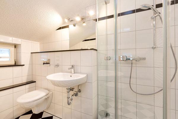 Das schicke kleine Duschbad mit Echtglasdusche und WC (mit Dachschräge).