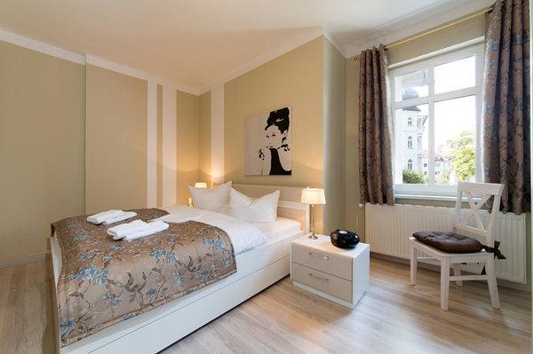 Hier der Blick in das schöne Schlafzimmer mit ...