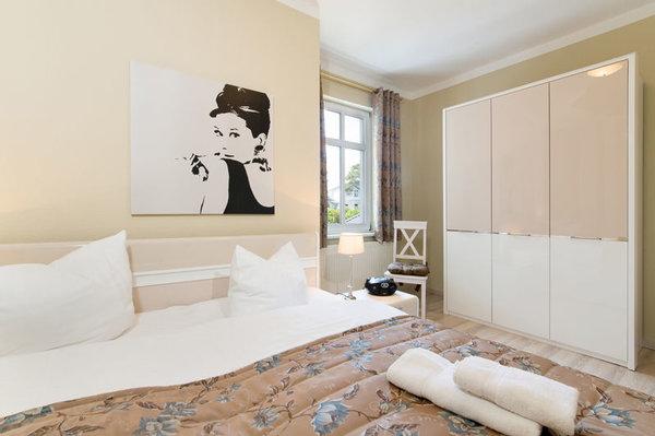 ... Doppelbett und Kleiderschrank. WLAN ist kostenfrei nutzbar.