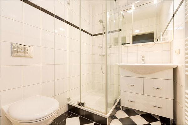 Das neue schicke Bad hat Echtglasdusche und WC.