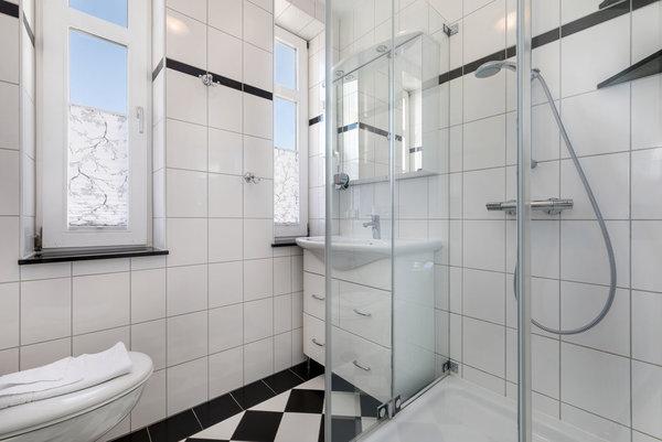 Das neue schicke Bad hat Echtglasdusche, WC und Fenster.