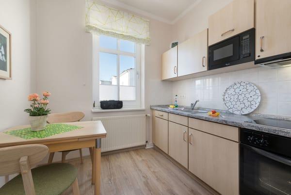 Hier der Blick in die separate Küche mit kleinem Eßplatz.