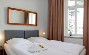 Für die Nachtruhe steht in beiden Schlafzimmern jeweils ein großes Doppelbett  zum Träumen bereit.Im Wohnbereich lässt sich eine Couch im Handumdrehen zum Schlafgemach für die 5./6. Person verwandeln.