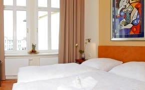 Auch das zweite Schlafzimmer lockt mit einem himmlischen Doppelbett  und einem Flachbildfernseher.