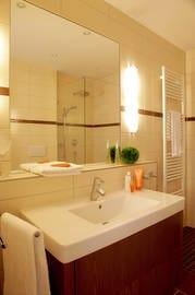 Das Appartement verfügt ein luxuriöses Badezimmer, welches mit einer ebenerdigen Echtglas-Dusche ausgestattet ist.