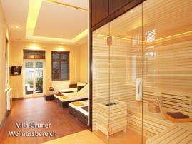 Der moderne Wellnessbereich befindet sich im Erdgeschoss der Villa Gruner. Warme Farben, mediterrane Möbel und hochwertige Materialien dominieren die Inneneinrichtung.