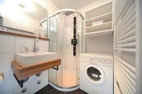 Das Bad besticht durch moderne Eleganz. Die Wellnessdusche im Bad wird Sie begeistern!  Die Waschmaschine steht zur Nutzung nur für Sie bereit.
