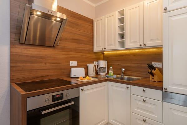 ... Küchenzeile mit Geschirrspüler, Backofen, 4-Plattenceranherd  etc.