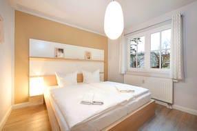 Das Schlafzimmer hat ein Doppelbett, einen großen Kleiderschrank  und Außenrolläden am Fenster, falls Verdunklung erwünscht ist.