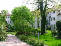 Die Ferienwohnung liegt in einer gepflegten Gartenanlage zwischen 2 Straßen, so daß Sie zentral und strandnah und doch in ruhiger Lage urlauben können.