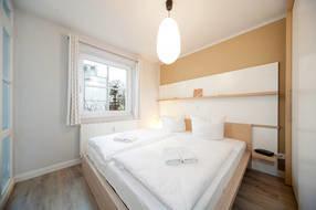 Die beiden Schlafzimmer haben jeweils Kleiderschrank und Doppelbett.  Ein Schlafzimmer hat Außenrolläden am Fenster, falls man ganz dunkel schlafen möchte.