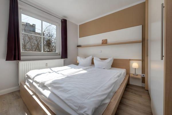 Schlafzimmer 1: mit Doppelbett und Kleiderschrank.